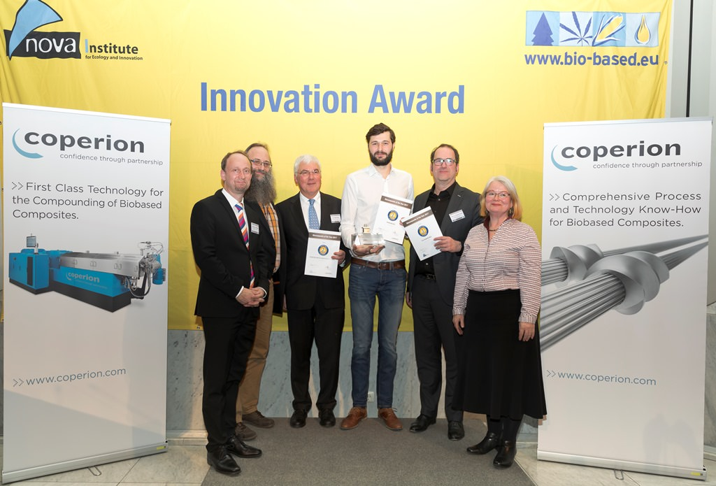 "Gewinner des Innovationspreises ""Biocomposite of the Year 2017"" (v.l.n.r. Peter von Hoffmann, Coperion GmbH; Moderator Michael Carus, nova-Institut; Dr. Hans Korte, Beck Nageltechnik GmbH; Friedrich J. Deimann, GreenBoats; Prof. Dr. Patrick Teuffel, TU Eindhoven; Moderatorin Dr. Asta Partanen, nova-Institut)"